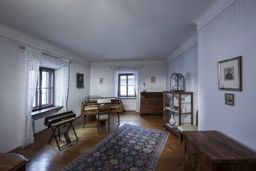Originalexponate Zieren Das Ehemalige Wohnzimmer Des Komponisten Franz Xaver Gruber