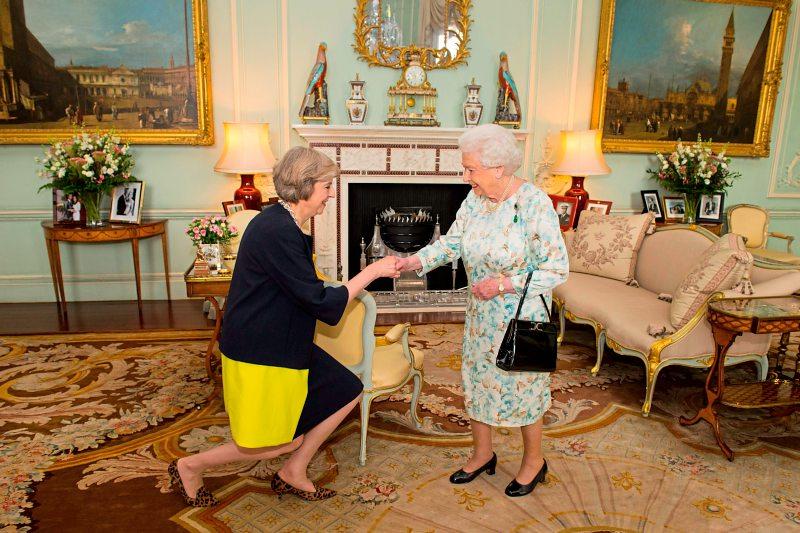 Новый премьер-министр Великобритании Тереза Мэй на аудиенции у английской королевы Елизаветы II