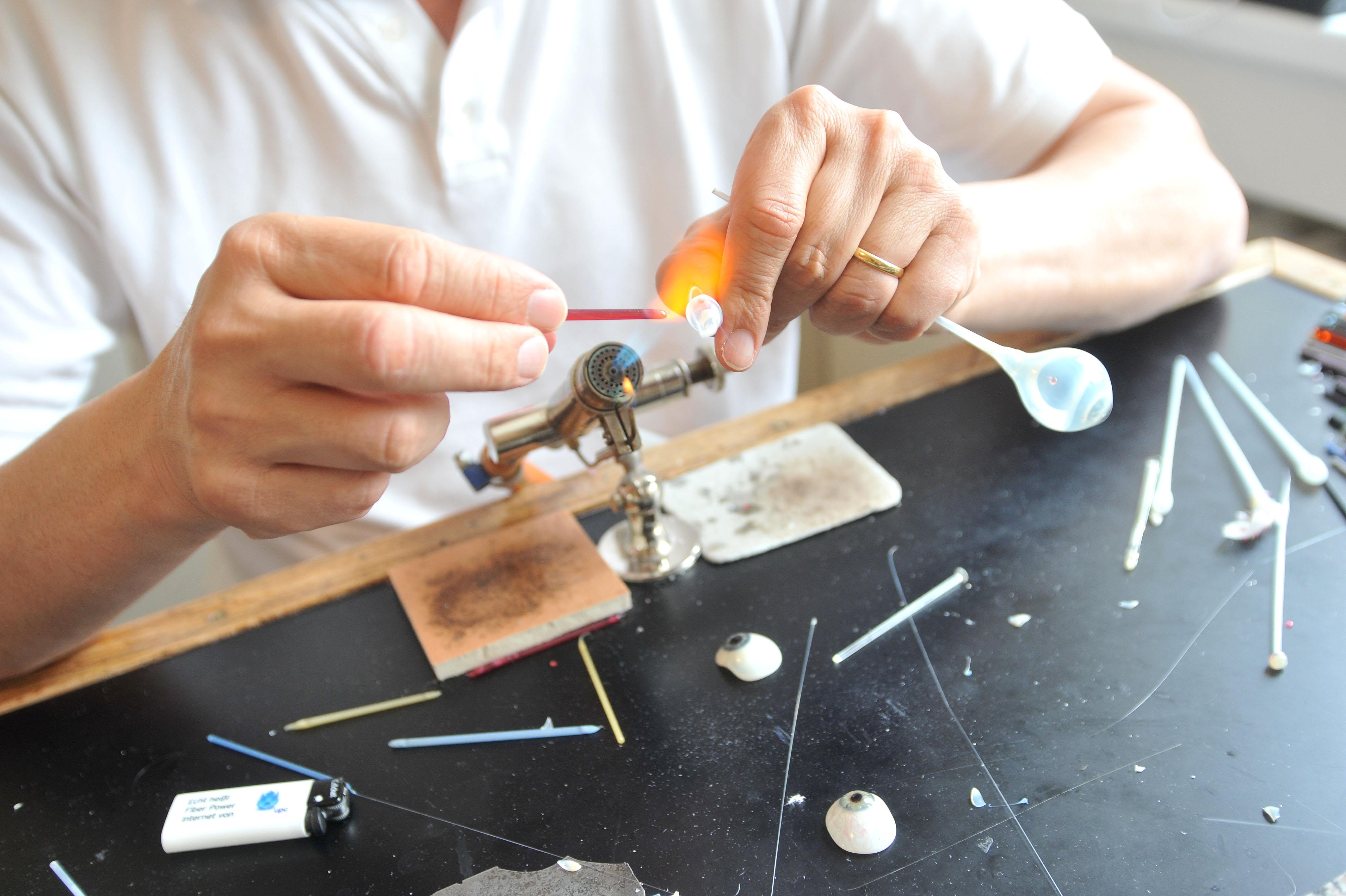 Die Kunst schöne Augen für Prothesenträger zu machen