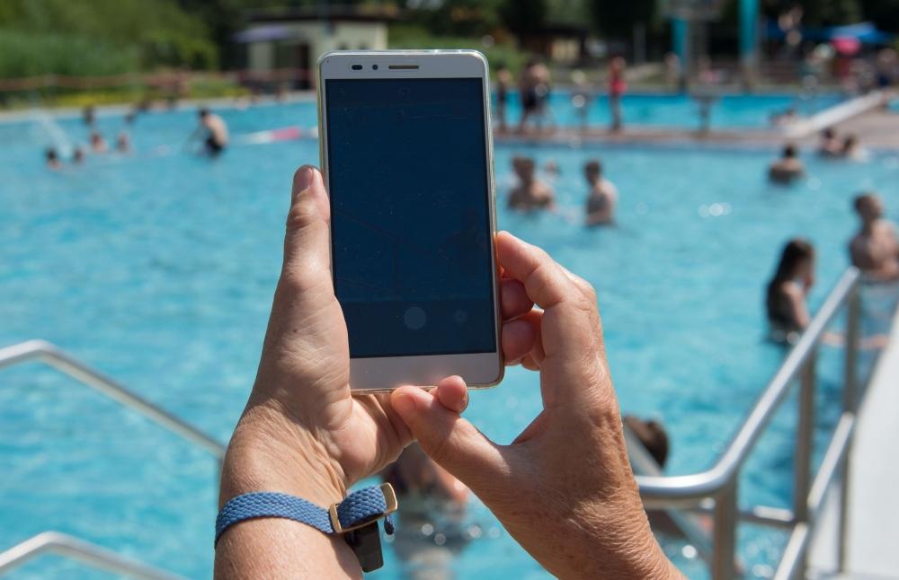 deutschland-datenschutzbeh-rde-fordert-handyverbot-im-schwimmbad