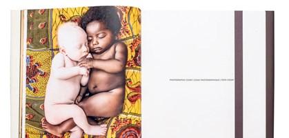 """aufschlagseite aus patricia willocqs """"white ebony"""", fotografiert von lukas friesenbilchler"""