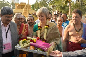 Theresa May erhält traditionelle Opfergaben in Bangalore