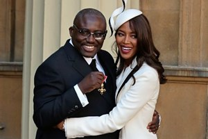 Enninful nach der Auszeichnung als Officer of the Order of the British Empire mit Model Naomi Campbell.