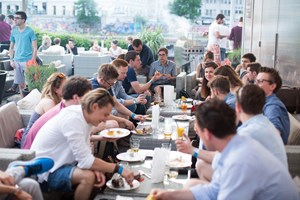 Einblicke in das Start-up-Programm beim aws First BBQ in der Wiener Strandbar Herrmann.