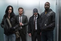 "Schauen aus wie normale Leute, sind aber heißbegehrte Superhelden: Jessica Jones, Iron Fist, Daredevil, Luke Cage verbünden sich ab Freitag in ""Marvel's The Defenders"" auf Netflix."