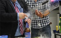 Experiment: In die Flasche wird flüssiger Stickstoff gefüllt, und dann wird sie mit einem Korken verschlossen.