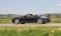 """Zweite MeinungOb es Kalkül ist oder einfach so passiert: Aston Martin wirkt sehr dezent im Verkehrsbild, seine maschinelle Potenz ist eher für Insider sichtbar, teurer Sportwagen ja, klar erkennbar, aber ohne provokanten Hammer und Haudrauf. Beim flüchtigen Blick mag man oft """"nur"""" einen Jaguar erkennen. Dabei ist das, was dahintersteckt, hochbrisanter Hochleistungsmaschinenbau mit gezielt emotionaler Ausrichtung. Auch hier werden sogenannte Bauchgefühle vorzüglich bedient. In diesem Sinn ein herrliches Fest der Unvernunft. Mit Karbonbremse, das sei betont! (rs)"""