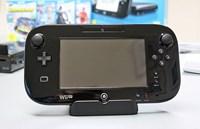 Wii U Gamepad:    Bildschirm: 6,2 Zoll mit resistivem Touchscreen (single-touch)    Tasten: 6 Aktionstasten und 2 digitale Abzugsknöpfe, zwei Analog-Sticks, Steuerkreuz und Tasten für Menü, Pause und Ein-/AusschaltenSensoren: NFC, Lagesensor, Beschleunigungssensor, Magnetometer    Audio: Stereolautsprecher, Kopfhöreranschluss und Mikrofon    Weitere Features: Lautstärkeregler, IR Sensor (Fernbedienung), Stylus, Vibrationsfunktion, Anschluss für Zubehör