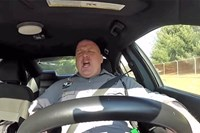 "Performancekünstler: Der Polizist des Dover Police Departments vertieft sich hingebungsvoll in ""Shake it Off""."