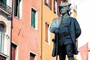 Am Campo San Bartolomeo verfolgt Carlo Goldoni entspannt das eigene Jubiläumsjahr.