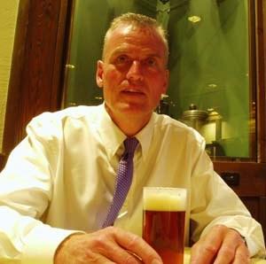 Zur Person: Matthias Neidhart ist gebürtiger Deutscher. Er gründete B.United International (www.bunitedint.com), einen auf Importe spezialisierten Getränkefachgroßhandel in den USA. Er importiert unter anderem Uerige Doppelsticke aus Deutschland.