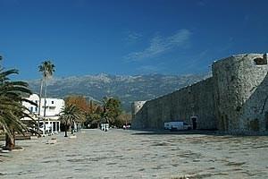 Historische Gebäude prägen die Altstadt von Budva.