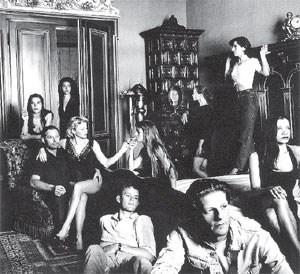 Jan Fabre (ganz vorn) und seine Kompanie (am Schoß die damalige Lebensgefährtin und Muse Els Deceukelier), wie sie Helmut Newton sah: Das Bild stammt aus dem Jahr 1987, ab 27. Juli ist es im Rahmen der Fabre-Ausstellung