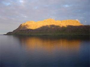 2000 Kilometer lang ist die Küste der Westfjorde, wo Gletscherzungen bis zu 50 Kilometer lange Einschnitte in das Lavagestein hobelten.Foto: (C) Claus Sterneck, clausinisland.com