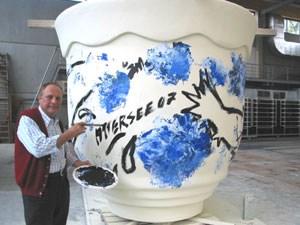 Christian Ludwig Attersee gibt Österreichs größter Kaffeeschale den letzten Schliff.