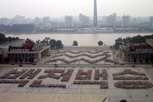 Weder Blumen noch Pflastersteine - Studenten bilden hier die Muster und Schriftzeichen zu Ehren von Kim Jong-il.