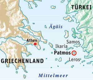 Regen Besucherströmen sieht sich Patmos immer nur dann  ausgeliefert, wenn ein Kreuzfahrtschiff anlegt. Alle anderen Besucher müssen die Anreise über Athen in Kauf nehmen (z. B. von Wien mit Austrian, Olympic Airlines und SkyEurope) und dann mit der Fähre von Piräus aus weiterreisen. Auf der Linie Syros-Mykonos-Patmos-Kos-Rhodos verkehrt GA Ferries (www.ferries.gr) regelmäßig ebenso wie Blue Star Ferries (www.bluestarferries.com), die Fahrt dauert 12 Stunden und kostet einfach pro Person € 32,-. Da es eine Nachtfahrt ist, bietet sich eine Kabine an (ab rund € 150,-).