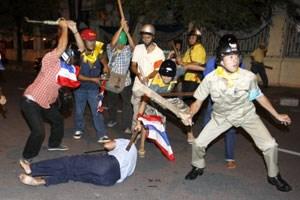 Eskalation nach wochenlangen Protesten: Regierungsgegner prügeln in Bangkok Anhänger des Premierministers Samak, die Polizei war überfordert.