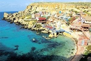 """""""Popeye Village"""" im Nordosten Maltas ist das offensichtlichste Beispiel dafür, dass die Insel zumeist als internationalisierte Kulisse wahrgenommen wird."""