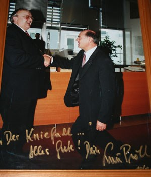 Der Landeshauptmann geht in die Knie. Dieses Bild hängt im Büro von Bürgermeister Johann Gartner.