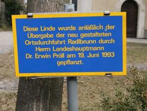 In der Ortschaft erinnert vieles an den Landeshauptmann. Nicht nur die vielen Schaukästen mit Bildern von Pröll, sondern auch dieses Schild am Kirchplatz.