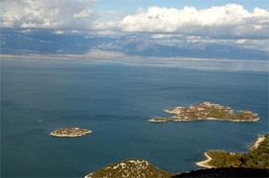 Manche Inselchen, die aus dem Wasser ragen, beherbergen Kirchen oder Klöster.