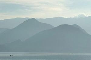 Still ist es hier am Skadar-See, wo nur ein paar Fischerboote durchs Wasser pflügen.