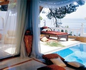 Der gediegene Charme des Danai Beach Resort, im Bild ein Blick aus der Honeymoon Suite, steht in reizvollem Kontrast zur zerklüfteten Landschaft der Halbinsel Sithonia, wo Schafherden über unberührten Buchten grasen