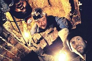 """Überraschender Durchbruch beim unter-irdischen Bankbesuch: Räuber (Jason Statham, re.) mit Crew in  """"Bank Job""""."""