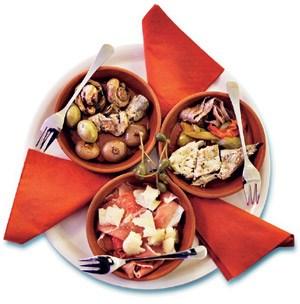 Dazu gibt es Würzbissen aus der Vitrine und Fleisch, mit Käse gratiniert.
