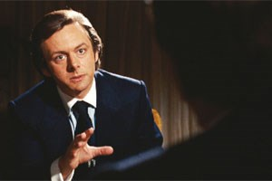 """Haben Sie gelogen, Mr. President?"" David Frost / Michael Sheen bringt Richard Noxon / Frank Langella in Bedrängnis."