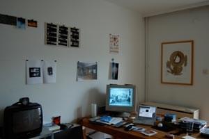 Einer der beiden Arbeitsräum des Linzer Experimentalfilmers und bildenden Künstlers: Schreibtisch, Computer, Videostills.