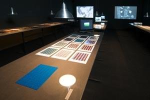 """Ausstellungsansicht des visuellen Forschungslabors im Rahmen von """"Am Sprung - Junge Kunst / Szene Österreich"""" im Linzer OK Centrum."""