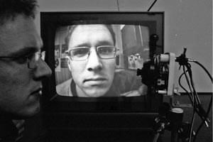 Siegfried A. Fruhauf, Selbstportrait des Künstlers mit Kamera und Bildschirm.
