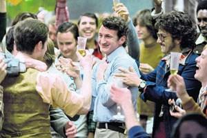 """Hi, I'm Harvey Milk and I'm here to recruit you"": der formidable Sean Penn (Mitte) als schwuler US-Stadtpolitiker mit überregionaler und andauernder Strahlkraft in Gus Van Sants ""Milk""."