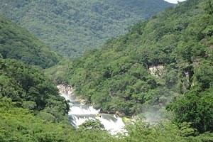 Die Micos-Wasserfälle von oben, eingebettet in saftiges Grün.
