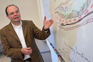 Gerhard A. Holzapfel, Leiter des Instituts für Biomechanik der TU Graz, erklärt den Längsschnitt einer erkrankten Arterie.