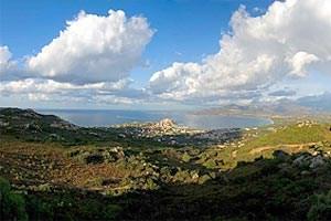 """An der hufeisenförmigen Bucht von Calvi rührt sich der """"Störrische Esel"""" nicht mehr vom Fleck."""
