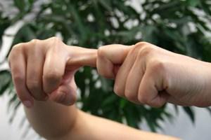Das Überdehnen der Gelenke durch Ziehen an Fingern und Zehen ...