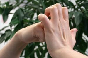 ... oder dasDurchdrücken der Fingergelenke wird oft von knackenden Geräuschenbegleitet