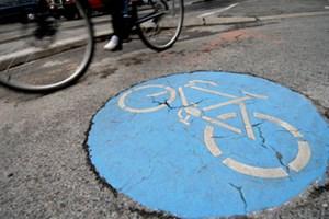 Von oben auf das Fahrrad-Zeichen zufahren? Erlaubt, sagt das Gesetz