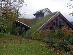 Die Lebensdauer einer Dachabdichtung, die der freien Witterungausgesetzt ist, wird aufgrund der Schutzschicht der Dachbegrünung um viele Jahre verlängert.