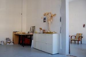Sonia Leimers Atelier: Außenansicht des zum Abriss freigegeben Häuschens und großzügiger Arbeitsraum im Inneren.