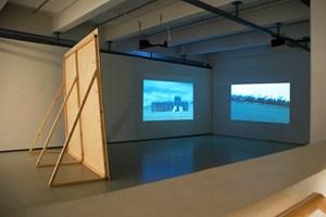 Stills aus Sonia Leimers Video Chinese Wall (2008) und derBBC-Dokumentation über Dschingis Khan sowie (unten)Installationsansicht der Arbeit mit architektonischer Inszenierung.Links:http://sonialeimer.netwww.bellstreet.netwww.k-haus.atwww.saprophyt.net