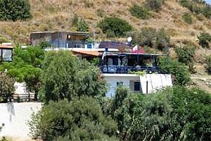 Empfehlenswerte Unterkünfte sind das Hotel Cavos Bay in Armenistis oder die ein-facheren, aber charmanten Zimmer der Pension Dionysos in Kampos (Bild).