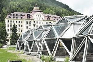 Das Dach des Kongresshauses hat schon bessere Zeiten erlebt. Das Grand Hotel de l'Europe auch.