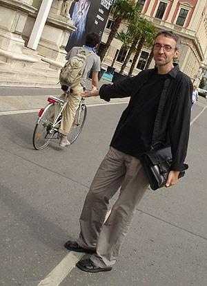 Ein alles andere als gelungenes Beispiel für eine geglückte Verkehrslösung ist der Radweg unmittelbar vor den Stufen des Wiener Künstlerhauses für den Rad-Experten und Historiker Sándor Békési.
