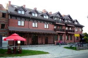 """Hinter dem Ortsschild """"Bialowieza"""" beginnt bereits der Wald. Es ist ein Schilderwald mit """"Pokoj""""-Tafeln, die freie Zimmer anzeigen. Privatunterkünfte zu finden ist hier also kein großes Problem. Einige Vermieter beginnen gerade """"Urlaub am Bauernhof"""" an-zubieten, und zurzeit gibt es vier Hotels in Bialowieza. Das Hotel Zubrowka ist das einzige Vier-Sterne-Haus der Region, dort werden auch Nationalpark-Touren angeboten.Die lokale Agentur """"Rys"""" ist eben-falls auf das Leben im Urwald spezialisiert und veranstaltet unter anderem eine besondere Führung in der Nacht."""