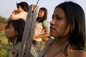 """Die starken Frauen der Guarani-Kaiowá kämpfen mit List undVerführung: Marco Bechis versetzt den Western in """"Bird-watchers"""" nachBrasilien."""