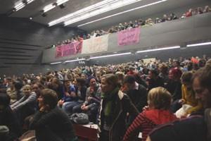Mehrere hundert StudentInnen besetzten das Audi Max der Uni Wien nach einer Demonstration im Votivpark.